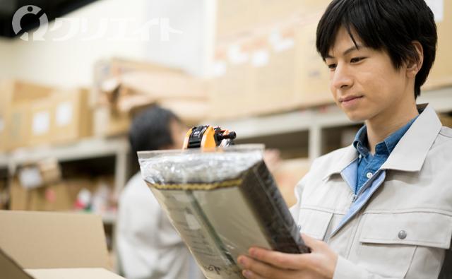 プラスチック製品の検査と箱詰め