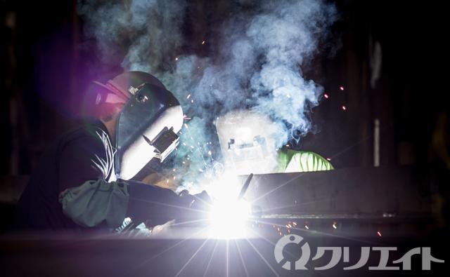 大手機械メーカー製造工場で溶接ワーク