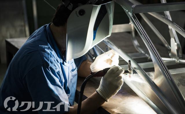 大手機械メーカーの製造工場で溶接作業
